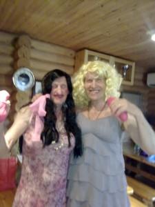 Ajoittain ja yllättäen saattavat kylän laulavat ja tanssivat siskokset joskus piipahtaa esiintymässä Messulassa!